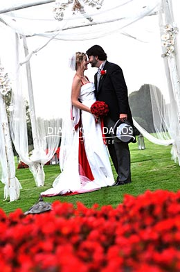 bride and groom in red (Diana Da Ros - Event Planner)