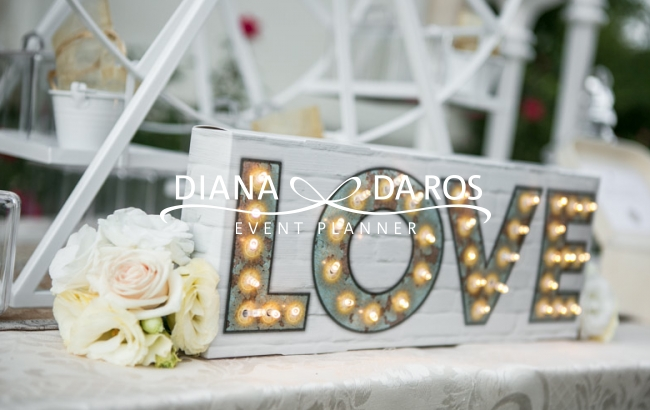 Travel-themed-wedding-Love-light